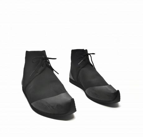 נעל ספורט שרוכים שחורה גובה קרסול- טבעוני